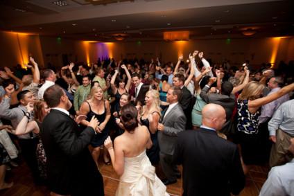 Invités qui dansent à un mariage